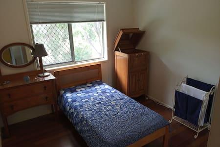 Single room in quiet home (maximum 1 person)