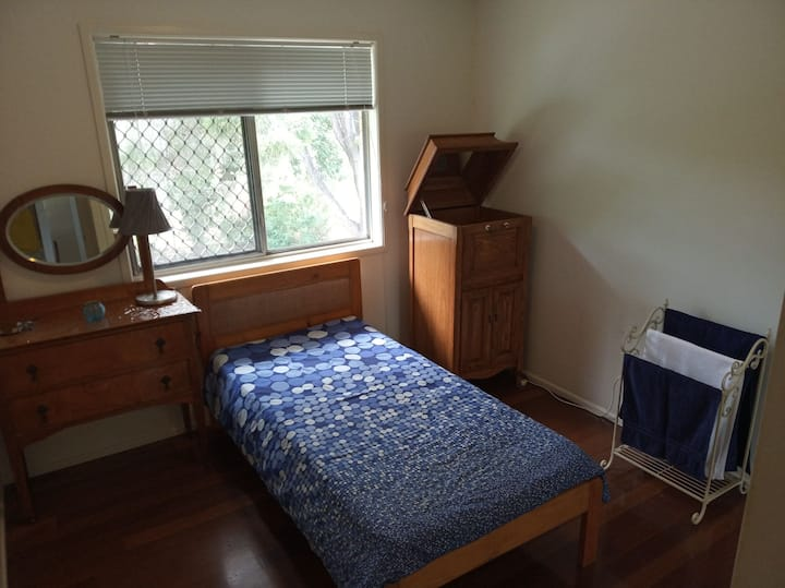 Single room in quiet home (maximum 1 person)