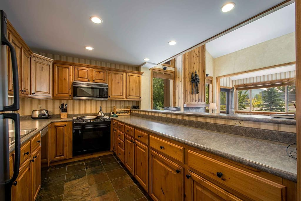 The kitchen is equipped with a refrigerator, four-burner stove and oven, dishwasher, microwave and other small household appliances for your vacation!
