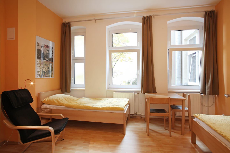 ruhige Lage zum Innenhof - zwei  getrennt stehende Betten - WLAN