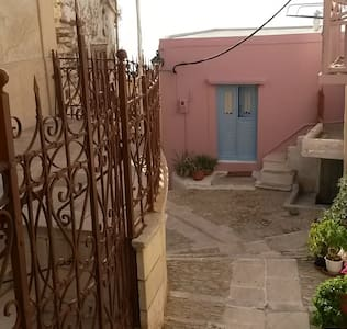SummerBreeze house in Ano Syros medieval castle - Ano Syros - บ้าน