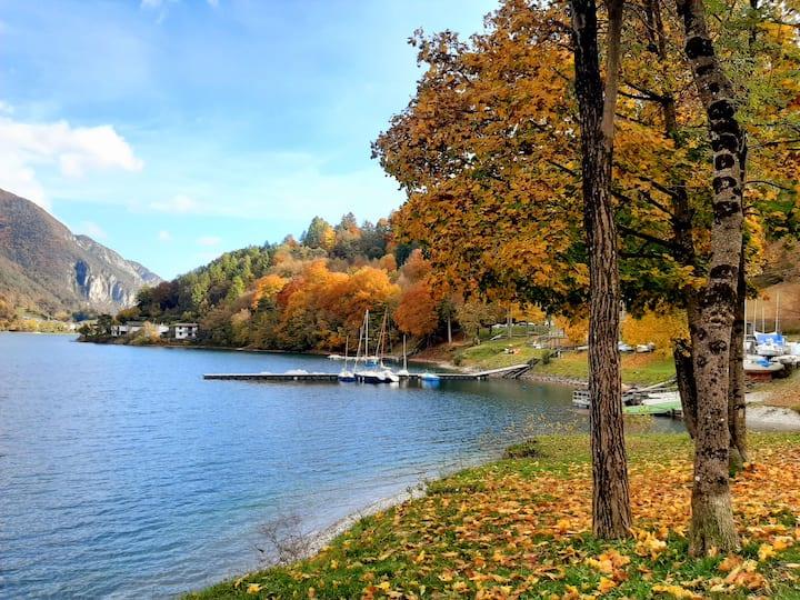 Casa fronte lago, a pochi passi dal bosco.