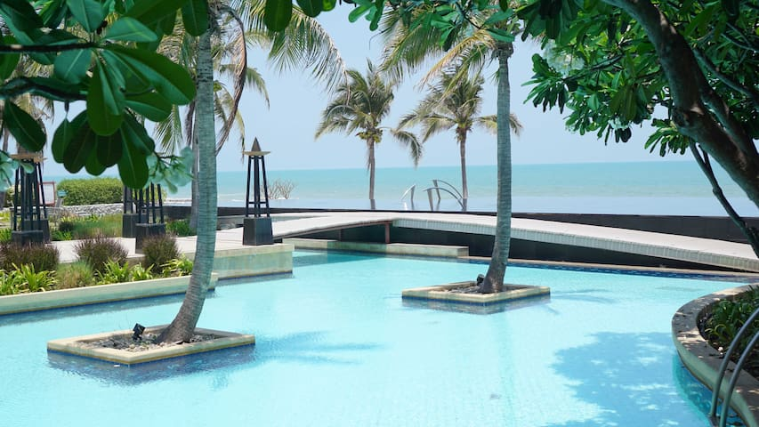 Infinity pool in front of beach front suite (Sala 1)