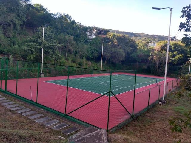 Cancha de tenis es perfecto estado; para disfrutar de estas instalaciones se deben llevar los implementos deportivos