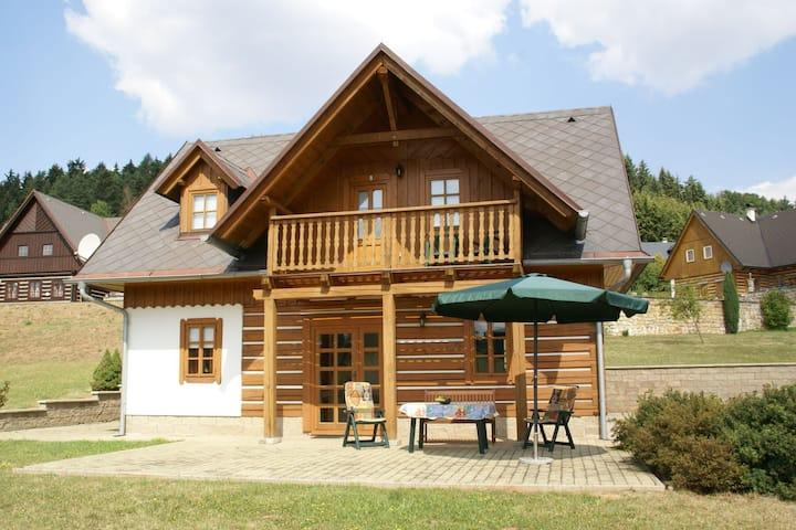 Maison de vacances confortable avec jardin privé à Stupna