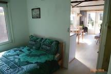 knusse slaapkamer met tweepersoonsbed