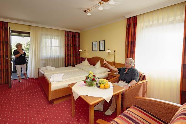 Hotel Konradshof (Bad Griesbach i. Rottal), Doppelzimmer - mit fröhlicher Einrichtung