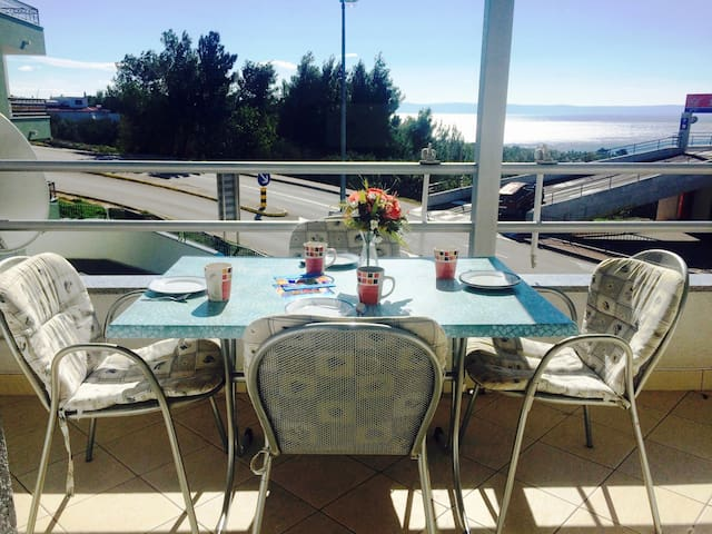 Spacious 2 bed apt 500m from pearly white beaches - Baška Voda - Lägenhet