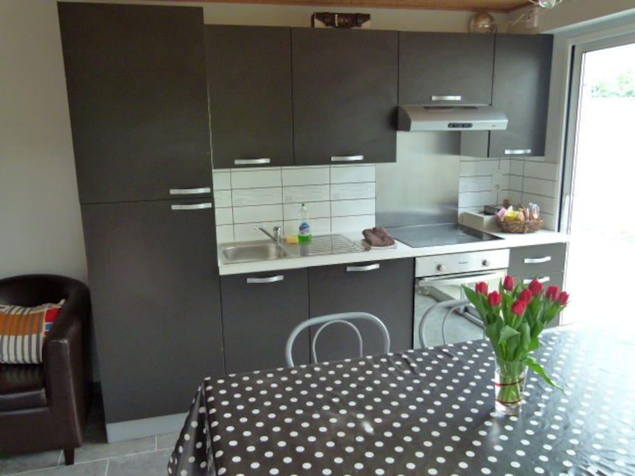 Cuisine équipée (frigo, congélateur, lave vaisselle, hotte, four et four micro onde), grille pain.