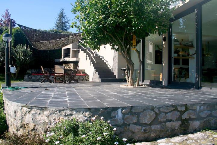 Chalet con jardín cerca de la playa - Lamadrid - House