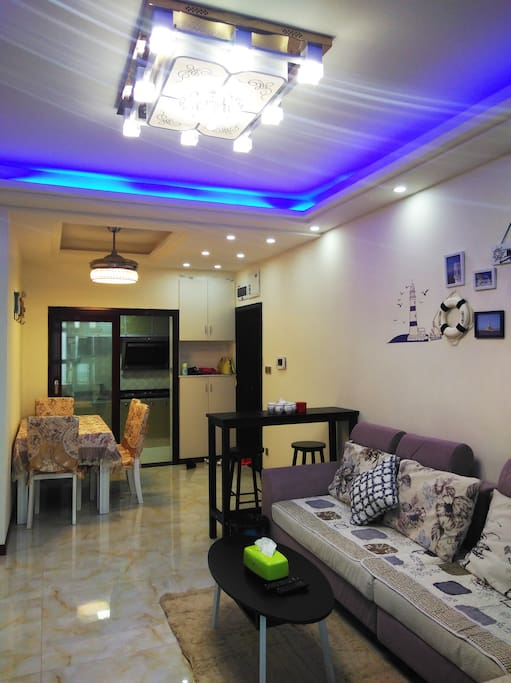 宽敞明亮的饭厅和有创意的灯饰
