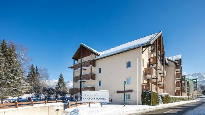 Studio Rustique Parfait pour les Skieurs | Local à Skis + Près du Navette + Accès Piscine Extérieure