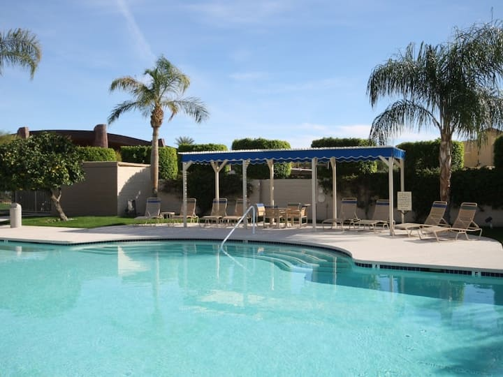 Dog-friendly condo w/ two shared outdoor pools, spas & tennis court!