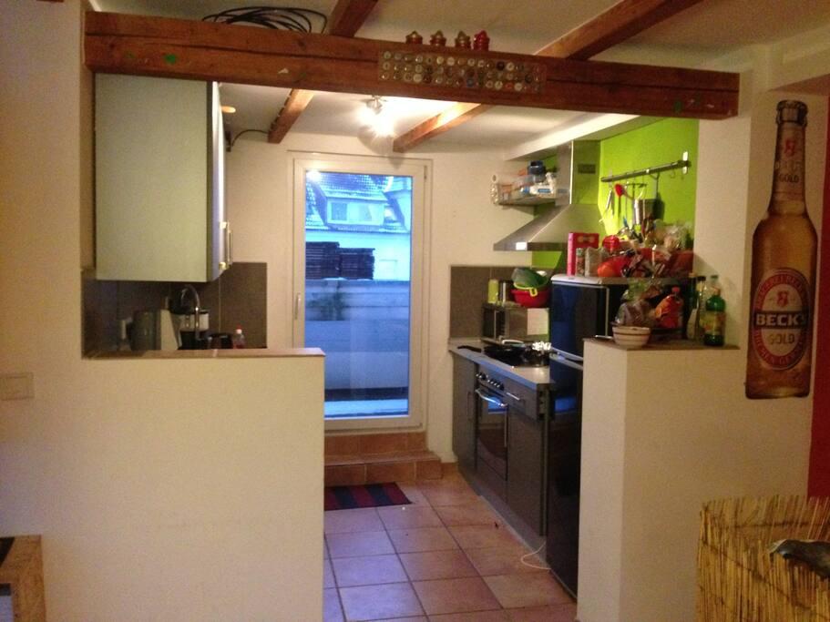 Die WG Küche mit Kühlschrank, Herd/Ofen, Mikrowelle, Kaffeemaschiene und allem was man zu kochen braucht