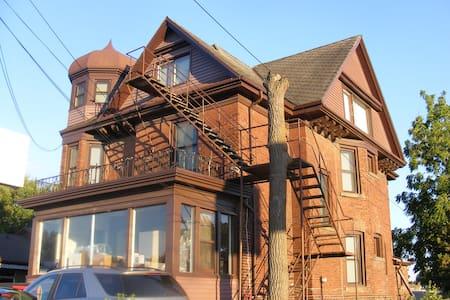 Claudia's Cozy Cottage style Loft suite - Niagara Falls - Apartamento