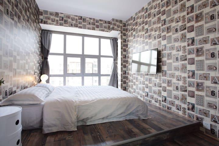 落地窗榻榻米双人间,房间阳光充足,房间配有星级酒店专用床垫和床上用品,让您在旅途中得到最好的休息和放松。