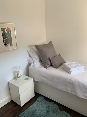 Bright & clean single room for female guest