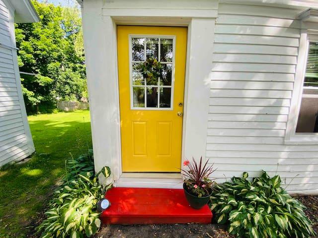 Sunny New England House Apartment