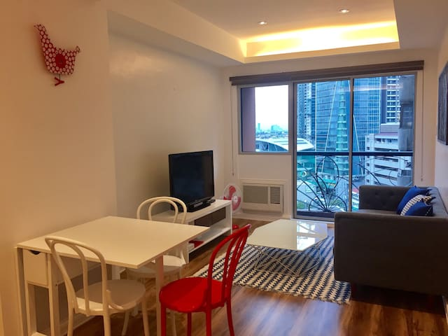 Newly renovated 1BR with balcony - Makati
