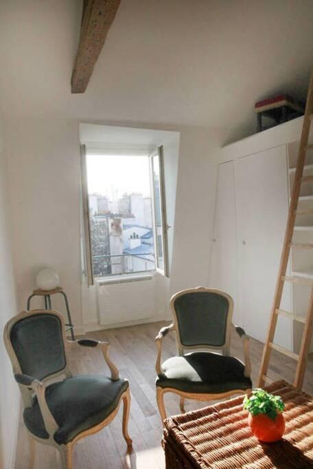 Le salon avec un bureau maintenant