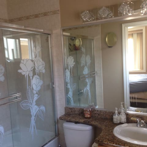 Private room, bathroom and kitchen - Vancouver - Maison