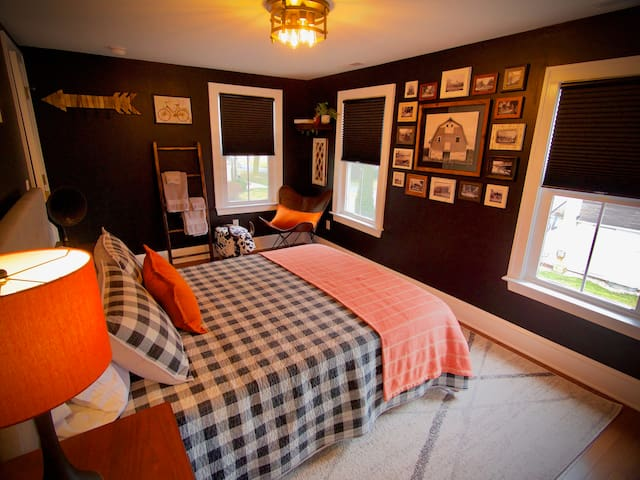 Inn The Doghouse: Farmhouse Room near Dogfish Head