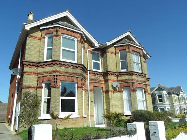 Spacious Victorian home 5 minutes from the beach
