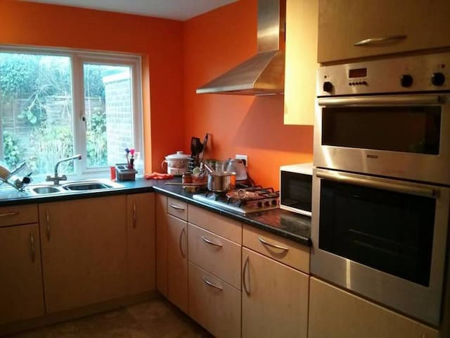 Comfortable room in a friendly, relaxed household - Bracknell - Σπίτι