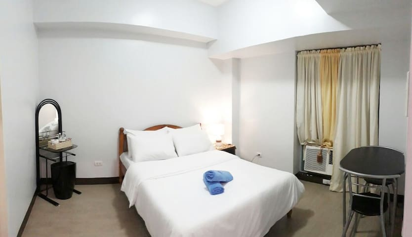Cozy 1-BR in Eastwood City w/ Fast Internet