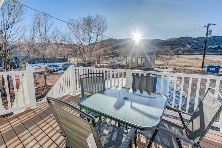 2BR aptmt ✾ Parks ✾ Private deck, mountain views!