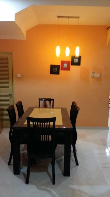 Meja makan yang luas, cantik dan eksklusif 6 tempat duduk dengan lampu hiasan