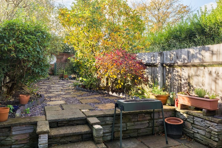 ★ PRIVATE COTTAGE HOUSE IN HARBORNE ★ Landscaped Garden ★ Near to QEHB ★ Spacious & Modern