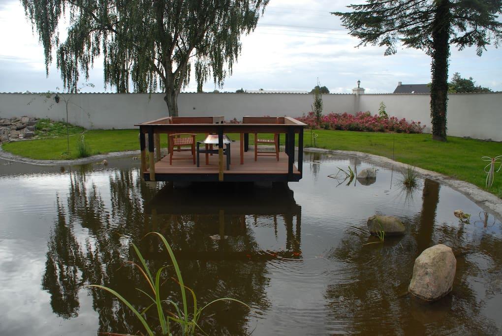 Sø i lukket have med teresse ovenpå søen.