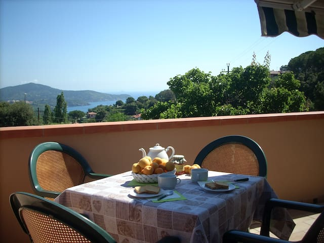 Tavoli Da Pranzo Strani.Airbnb Capoliveri Holiday Rentals Places To Stay Tuscany