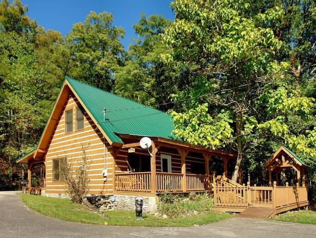Carrie's Cabin - 4 Bedrooms, 2.5 Baths, Sleeps 12