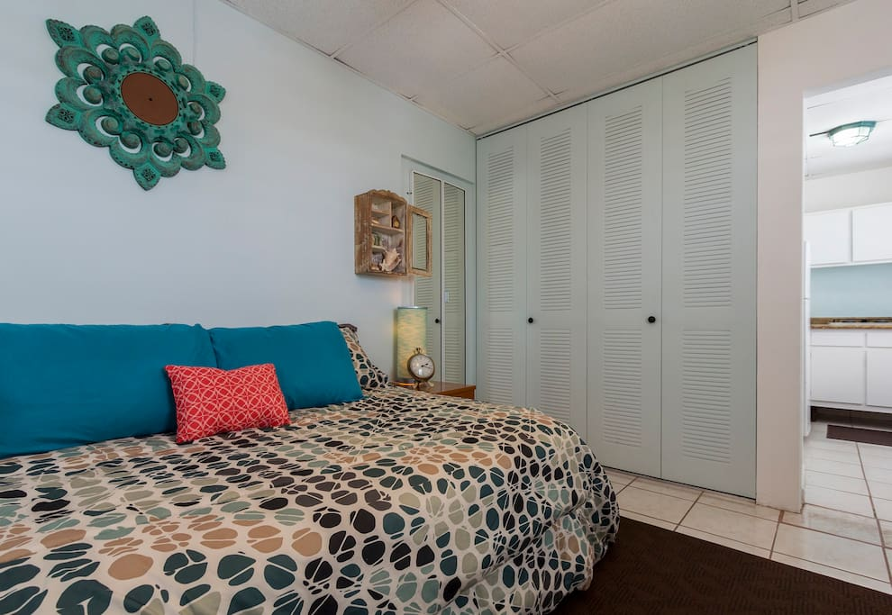 Sunny, spacious, clean and quiet. Double bed, air conditioned, WiFi, flat screen TV and ample closet space (with hangers, hair blow dryer, iron, cooler, beach towels and chairs).