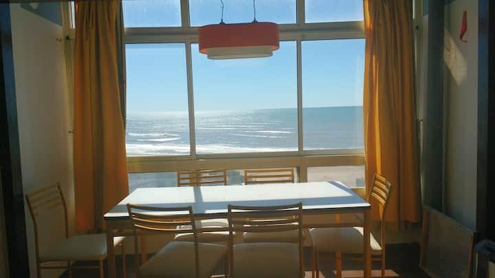 Departamento frente al mar con vista panorámica.