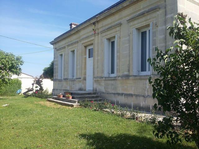 Saint-Seurin de Bourg maison avec vue