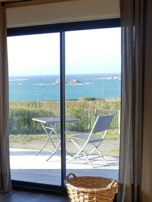 La terrasse pour déjeuner ou bien se prélasser. Vue depuis le salon.