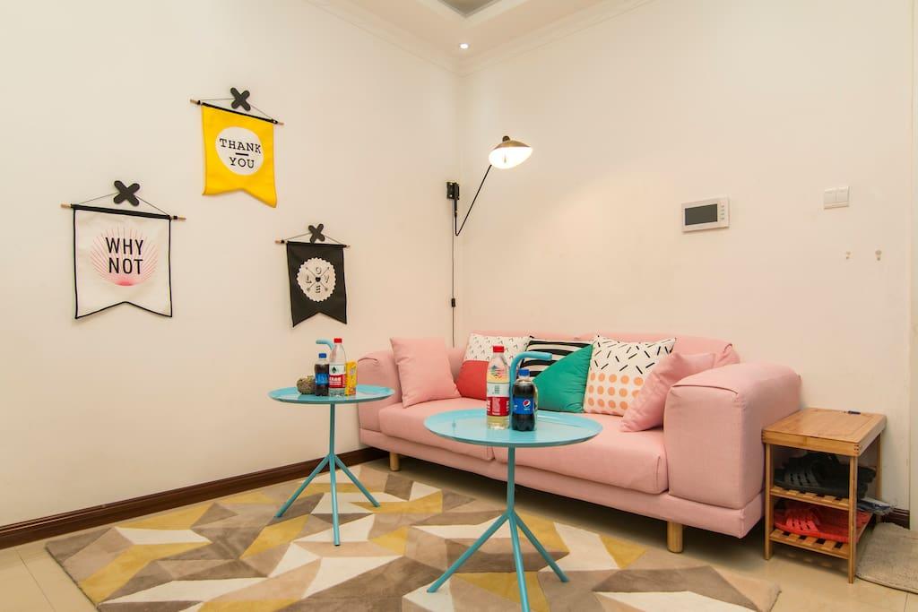 明亮、温馨的粉色客厅