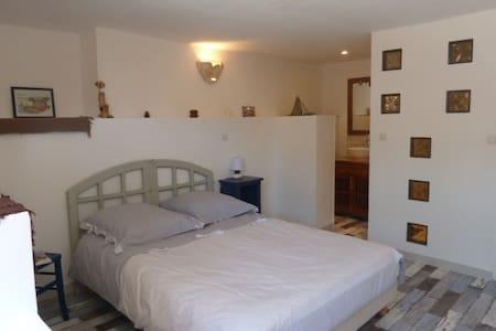 Appartement dans la villa rose. - Cadolive - House