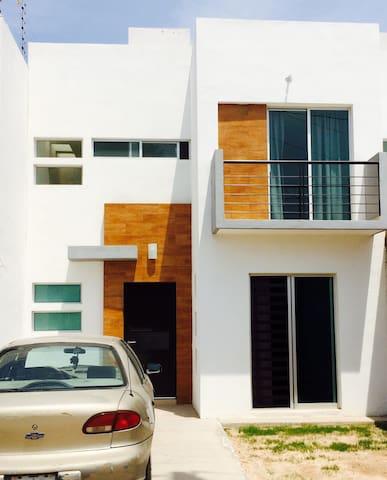 Habitación amplia con baño propio en San Luis P - Soledad de Graciano Sánchez - Casa