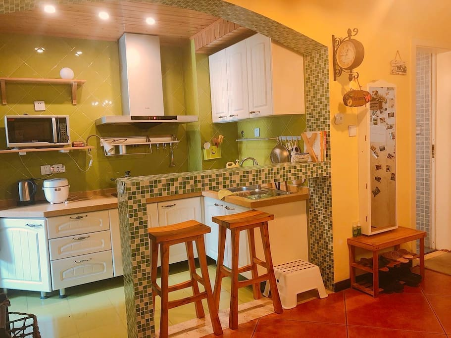 厨房:厨具电饭锅,电水壶。油烟机。灶台。