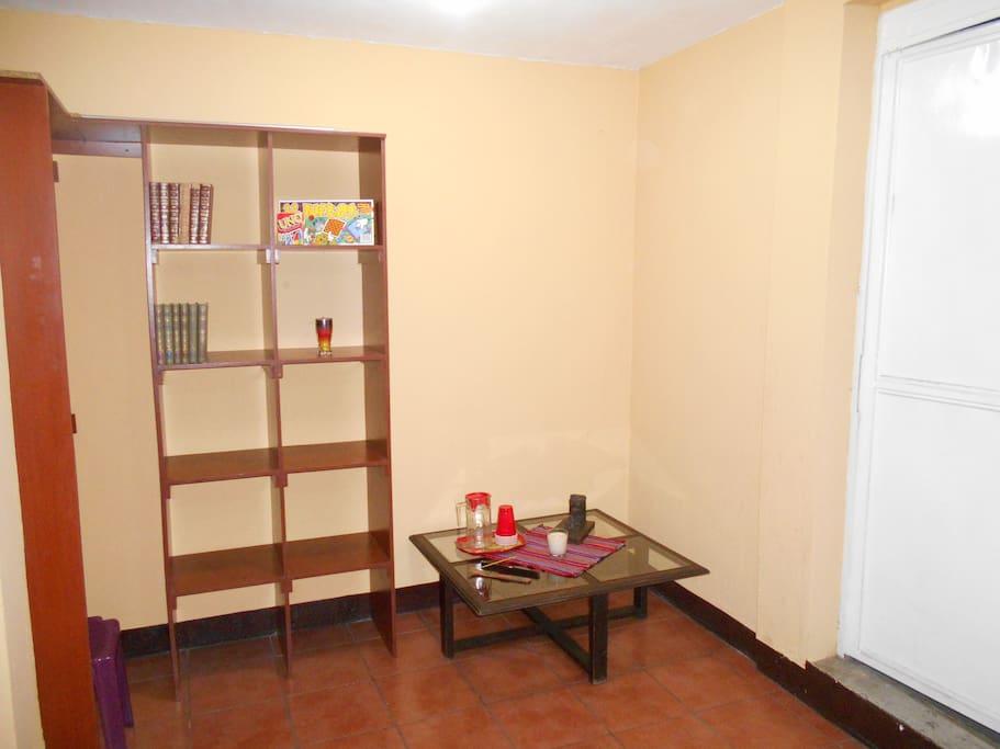area de sala con libros de lectura y juegos de mesa