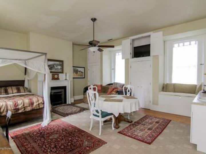 Charming Canopy Queen Suite+Kitchenette+Daybeds+++