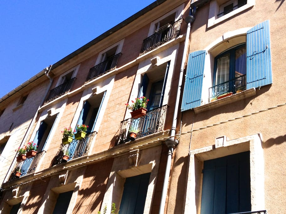 Arrival in the south of France is punctuated by the abundant historical architecture. L'Appartment des Artistes' building dates back nearly 300 years.