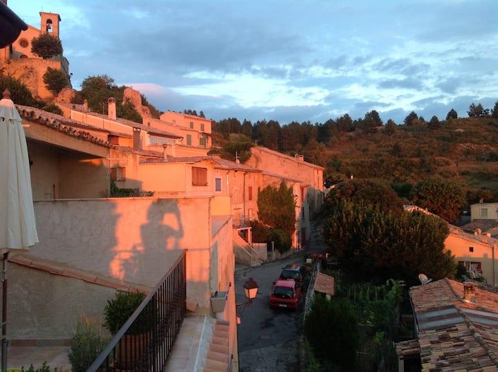 Jolie maison au cœur d'un village provençal .