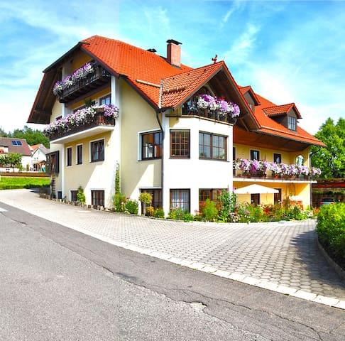 Gästehaus am Sonnenhang - Blumen FeWo - Erbendorf