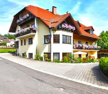 Gästehaus am Sonnenhang - Blumen FeWo - Appartement