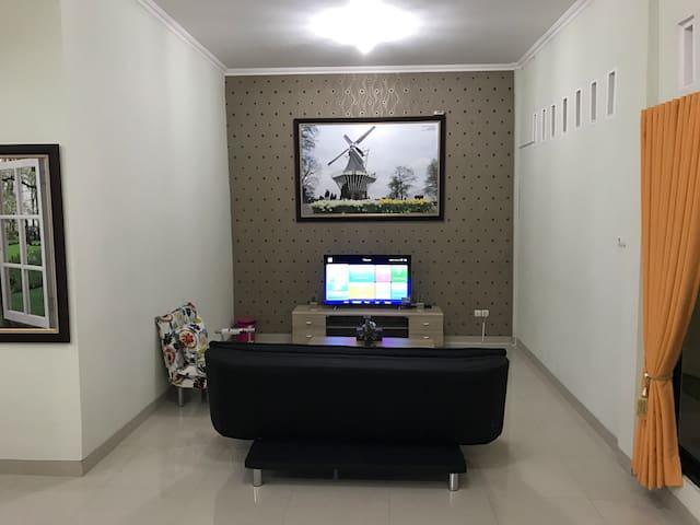 Ruang TV Lt-1 dengan TV Curve 48 inci, free wifi dan 1 sofabed untuk 2 orang.